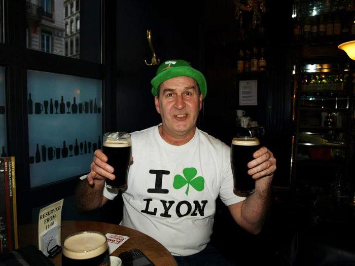 > Voilà une expressions du bonheur, 2 mains, 2 bières. Au Wallace à Lyon.